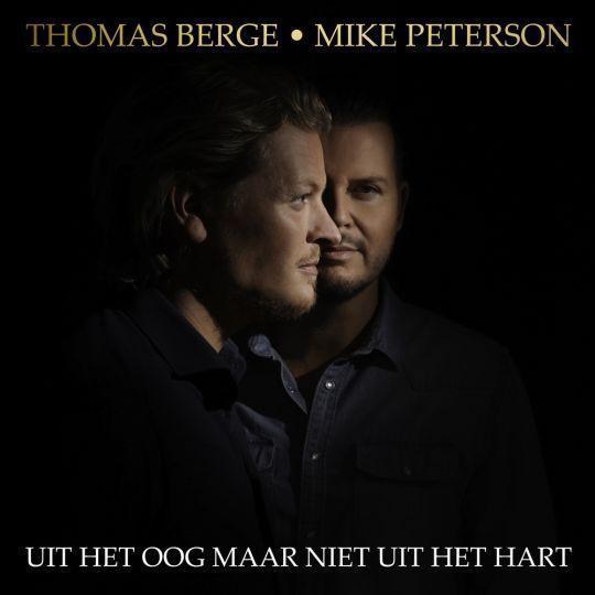 Coverafbeelding Thomas Berge & Mike Peterson - Uit Het Oog Maar Niet Uit Het Hart